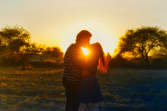 what is a healthy relationship man and women kissing under sunset
