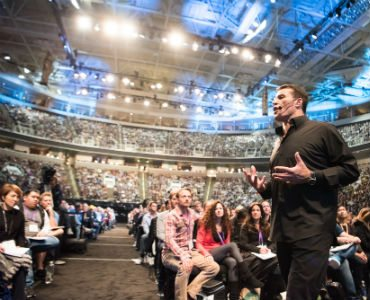 How to influence people Tony Robbins speaking to crowd